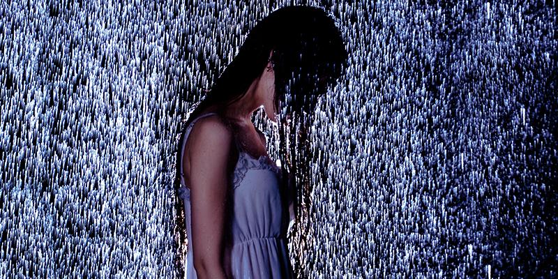 雨にうたれる女性