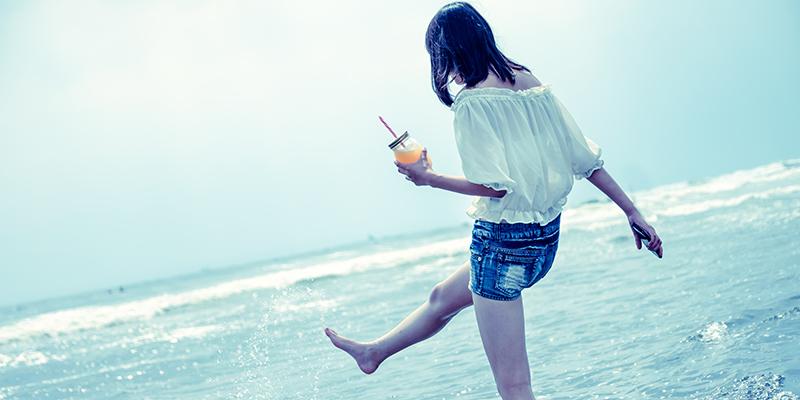 波を蹴る女性