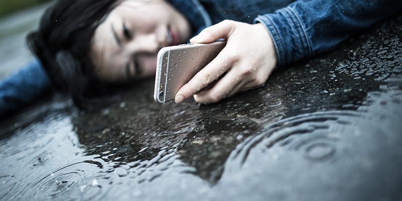 雨に打たれて苦しむ女性