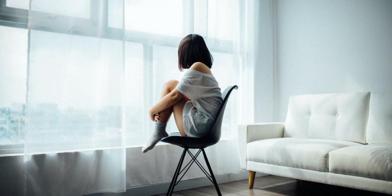 失恋して孤独を感じる女性