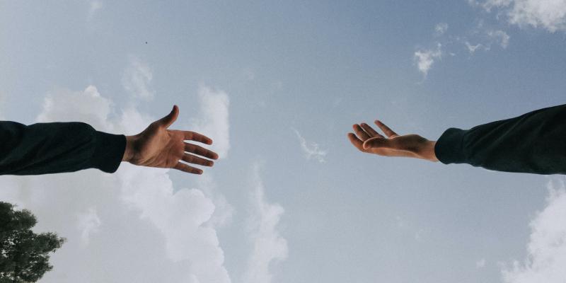 手を繋ぎたくても届かないカップル