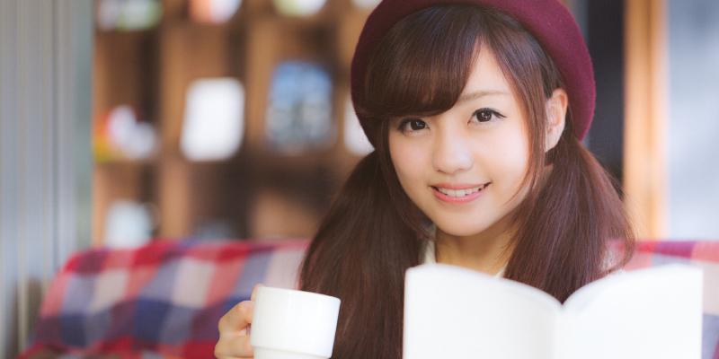 家でコーヒーを飲みながらくつろぐ彼女